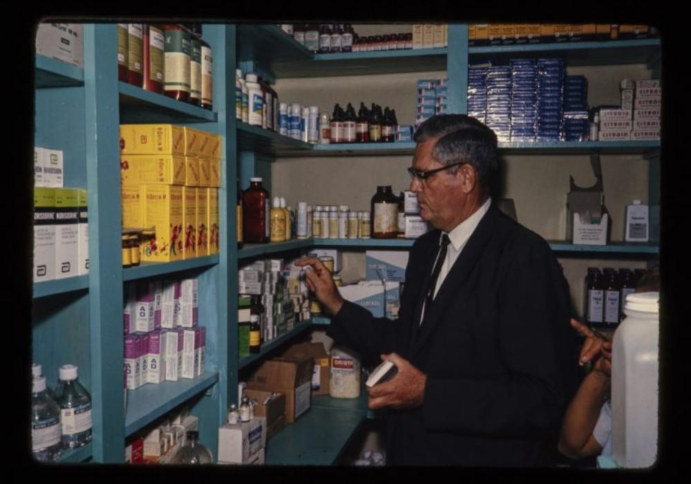 Howard Shoemake en su farmacia