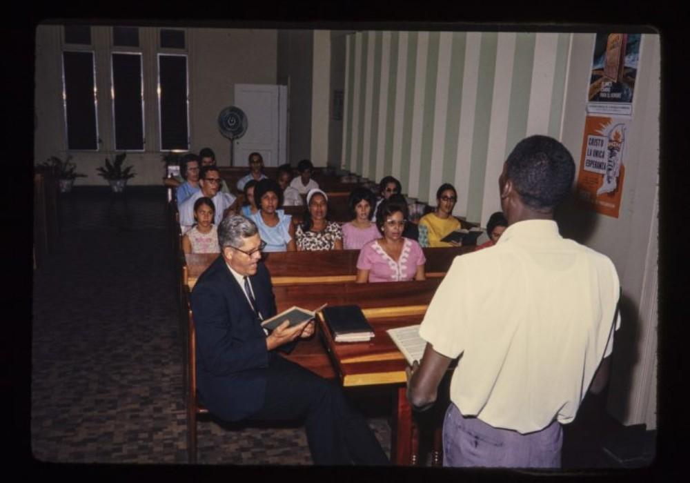 Howard participa en la iglesia