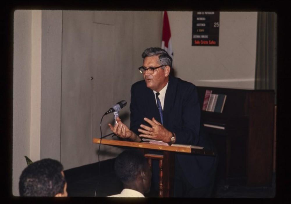 Howard Shoemake predica en la iglesia