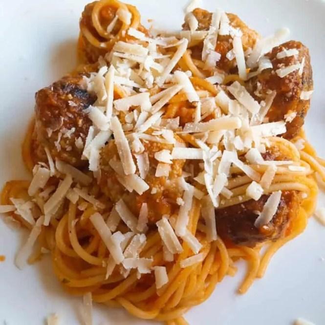Kipgehaktballetjes in tomatensaus met spaghetti