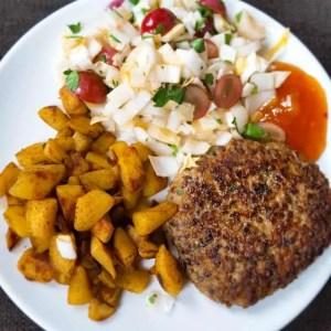 Kruidige kip-linzenburger met curry-aardappel