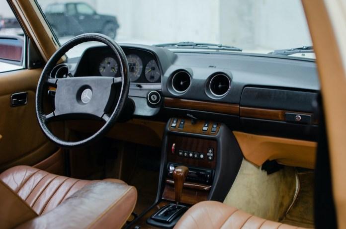 W123 Mercedes-Benz interior