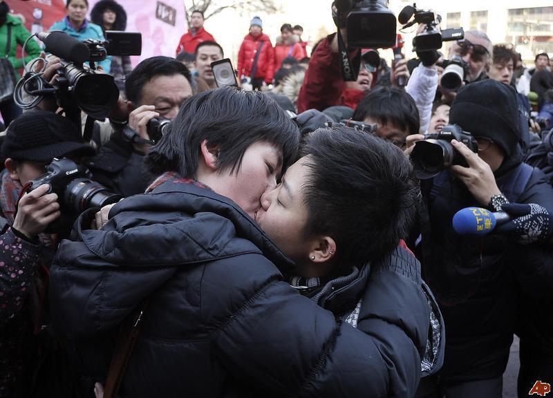 china-gay-couple_kiss