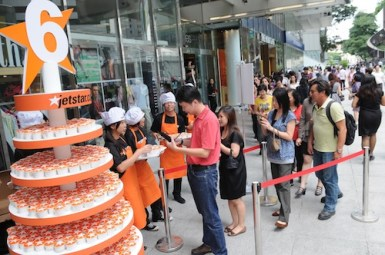 Long Queue lining up for the free cupcake giveaway from Jetstar_Jetstr's 6th Birthday