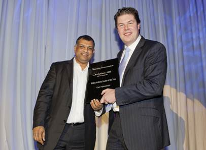 Tony Fernandes (left) receiving the 'Airline Industry Leader of the Year' from James Meyler, Chief Commercial Officer of ORIX Aviation (right).