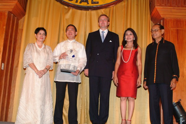 Manny Osmena receiving an Eco Award for Water Innovation from Crown Prince Willem of Netherlands