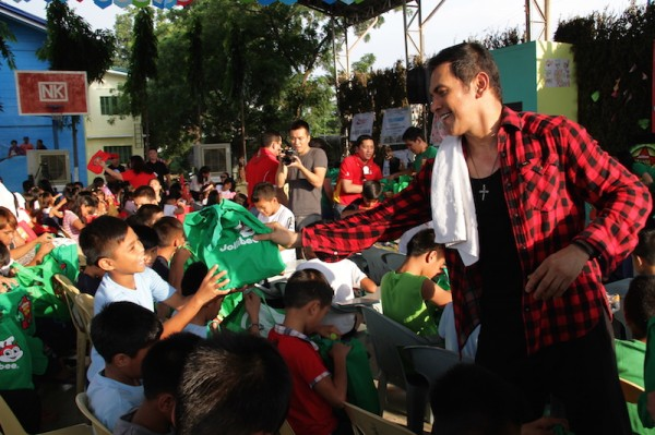 Garry Valenciano giving away gifts