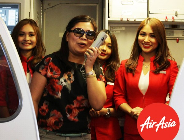 AirAsia Philippines CEO, Atty. Joy Caneba, together with AirAsia cabin crews, welcomes guests to their inaugural flight to Hong Kong