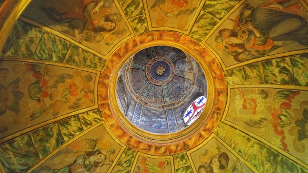 A beautifully painted dome in one of the small prayer rooms