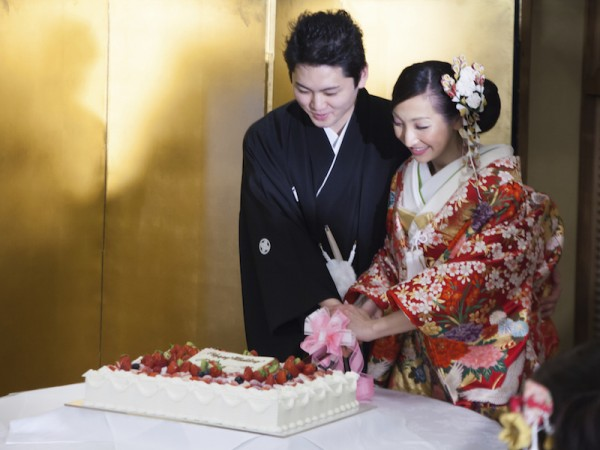 wedding traditions Japanese Bride and Groom cutting a wedding cake