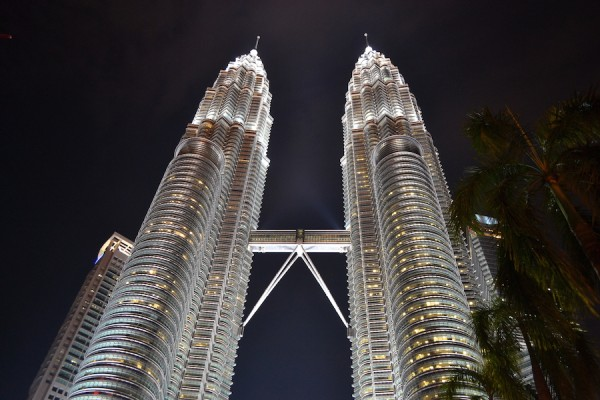 Attractions in Kuala Lumpur - the spectacular twin towers at night