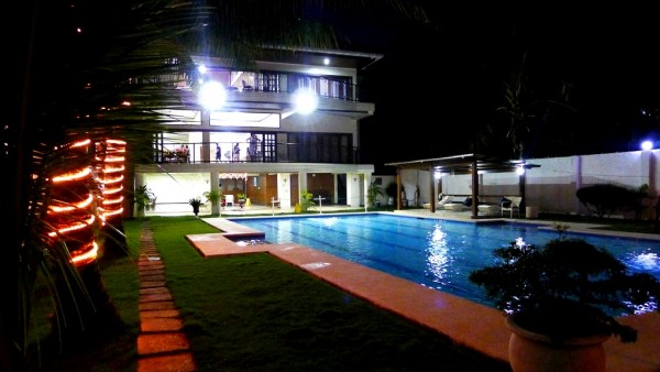 Easy Vacation House at night