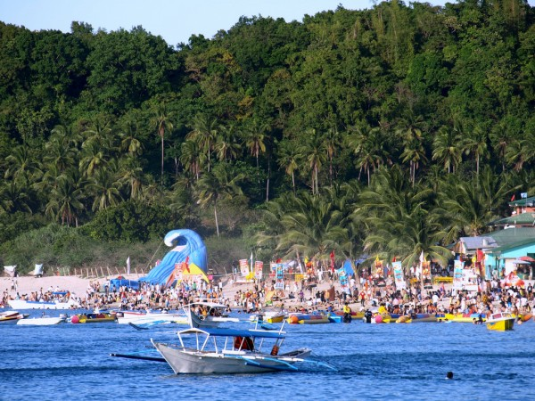 Crowded Puerto Galera by Jun Acculador via Flickr