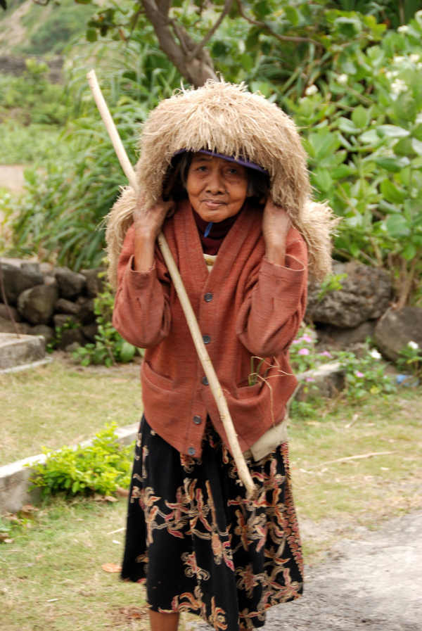 An Ivatan woman wearing a vakul, an abaca fiber-made headgear for sunlight and rain protection