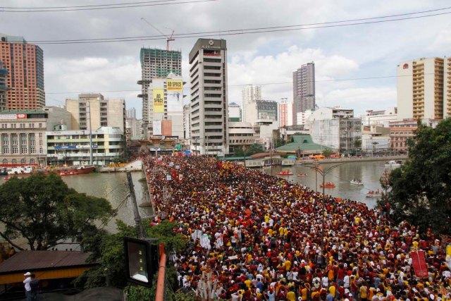 Millions of devotees cross the Jones Bridge in Binondo, Manila during this year's