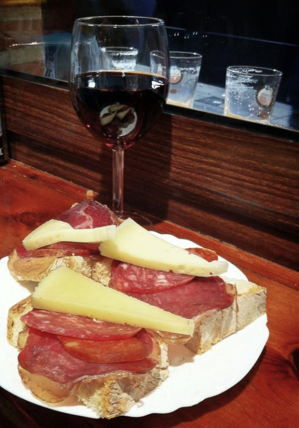 Simply the best combination: tapas and red wine!