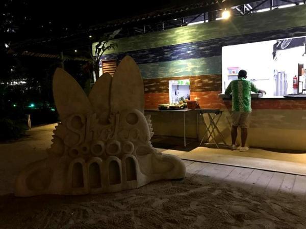 Plot of white sand at Shaka Hawaiian Restaurant Cebu