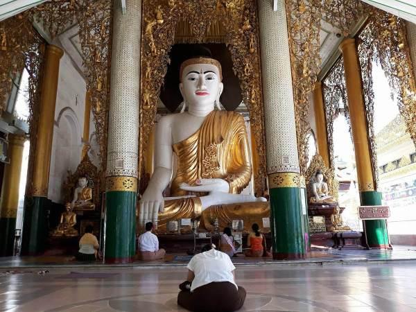 A huge pagoda in Shwedagon Pagoda
