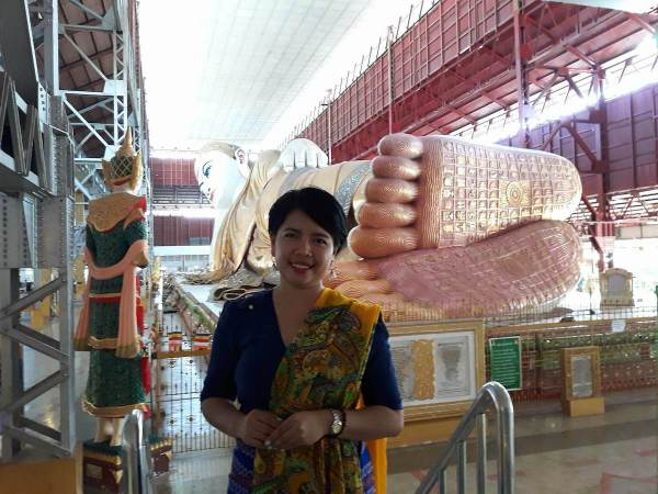Photo opp at the giant reclining Buddha