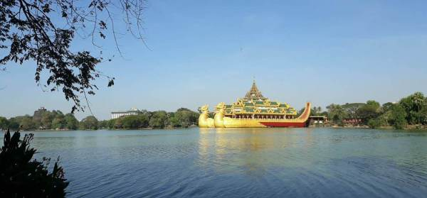 Take a break at Kandawgyi Park. Eat and enjoy this view.