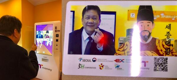 Mayor Tommy Osmeña tries getting his own BRT Card. Image via his Official Facebook post.