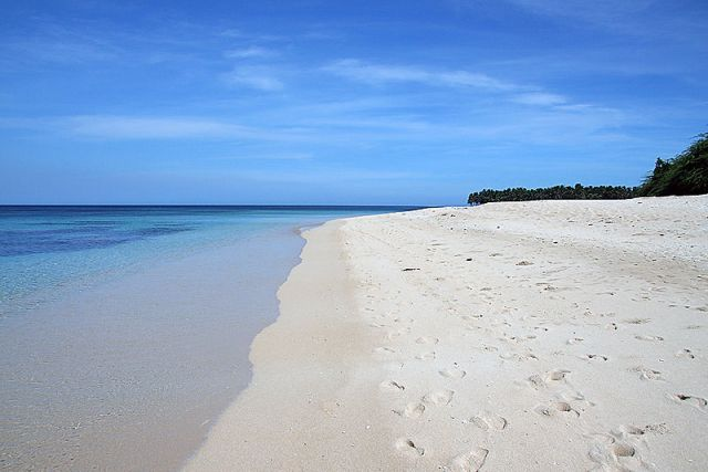Pagudpod has powdery white sand coast and turquoise water. [Image Credit: Wikimedia Commons]