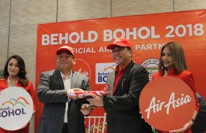 Photo op of Provincial Administrator Alfonso Damalerio representing the Bohol Provincial Governor Edgar Chatto, and AirAsia CEO Captain Dexter Comendador