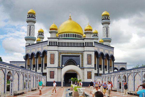 Jame Asr Hassanil Bolkiah Mosque by BAlou46 via Wikipedia CC