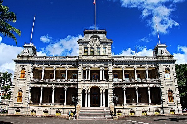 Iolani Palace photo by Jason Raia via Wikipedia CC