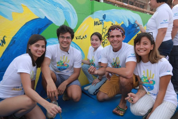 """Juan Effect"" advocates Erwan Heussaff, Jasmine Curtis- Smith, and Kyle ""Kulas"" Jennerman with DOT Secretary Berna Romulo-Puyat and Mural Artist Anina Rubio"