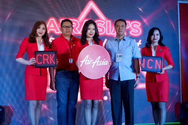 (2nd from left) Captain Gomer Monreal, Director for AirAsia Flight Operations and CIAC VP for Airport Operations and Maintenance Ret. Gen. Raul Del Rosario, AFP with Cabin Crew.