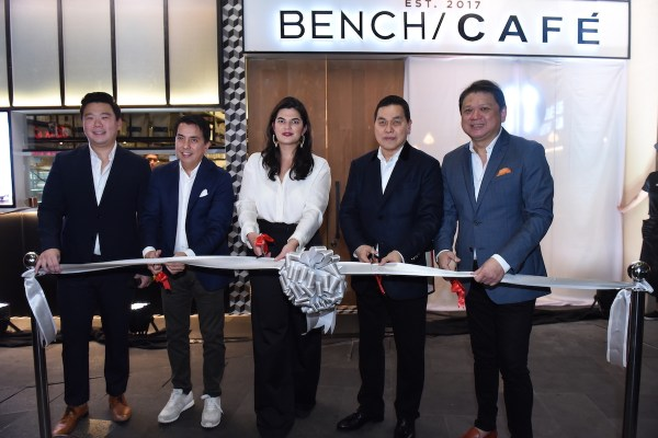 The ribbon cutting ceremony was led by: Chief Operating Officer of FOODEE Global Concepts Eric Dee, Vice-President for Business Development of Suyen Corporation Bryan Lim, Ayala Malls' Mariana Zobel de Ayala, Chairman of Suyen Corporation Ben Chan and CEO of FOODEE Global Concepts Rikki Dee