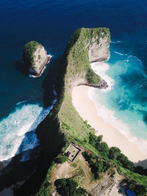 Nusa Penida by Tito Rebellious via unsplash