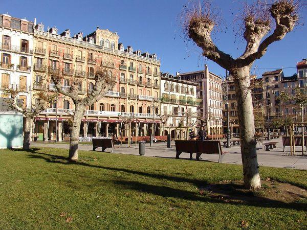 Plaza del Castillo by Cumakut via Wikipedia CC