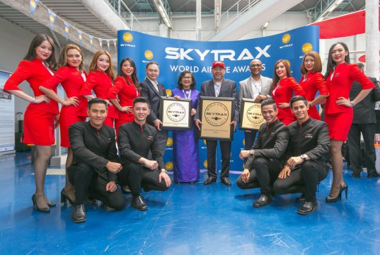 (Rear fifth from left: AirAsia X Group CEO Nadda Buranasiri, AirAsia X Berhad Chairman Tan Sri Rafidah Aziz, AirAsia Group Berhad Executive Chairman Datuk Kamarudin Meranun, AirAsia Deputy Group CEO (Airlines) Bo Lingam flanked by AirAsia Cabin Crew