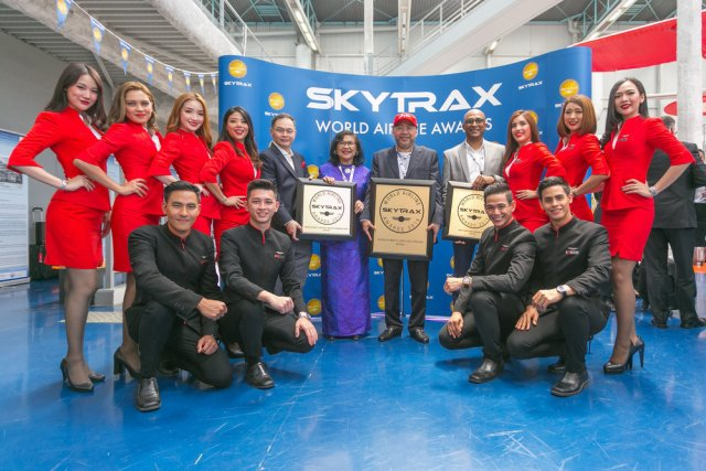 (Rear fifth from left: AirAsia X Group CEO Nadda Buranasiri, AirAsia X Berhad Chairman Tan Sri Rafidah Aziz, AirAsia Group Berhad Executive Chairman Datuk Kamarudin Meranun, AirAsia Deputy Group CEO (Airlines) Bo Lingam flanked by AirAsia Cabin Crew