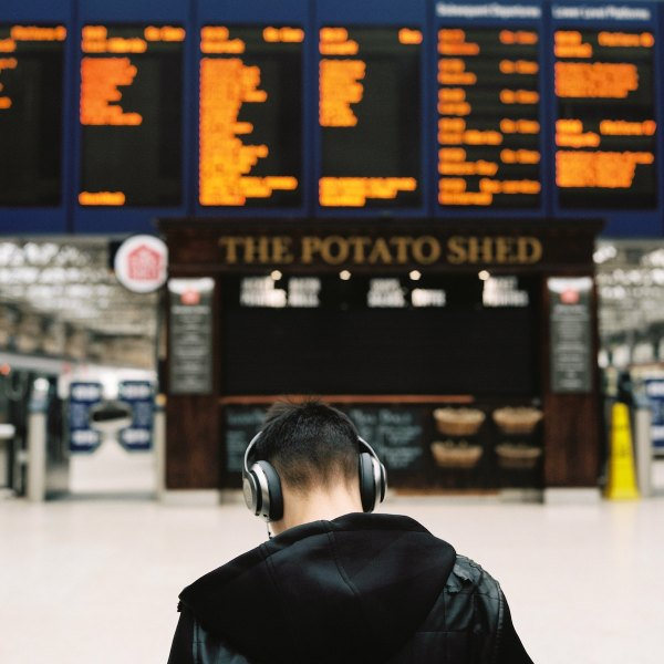 Glasgow Station photo by Ilya Ilford via Unsplash