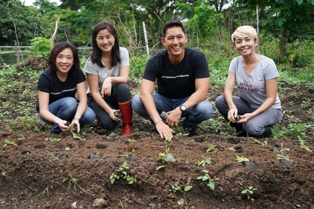 Novateur Coffee Concepts Marketing Manager Mia Silva, Holy Carabao's Melanie Go, WWF Philippines National Ambassador and Sustainability Advocate Marc Nelson and Holy Carabao's Hindy Weber