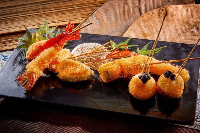 """Mientras que las brochetas de pollo típicas de """"yakitori"""" junto con las albóndigas caseras de pollo son firmas, las brochetas de hakata-ku de KIDO que combinan verduras y frutas ofrecen opciones saludables"""