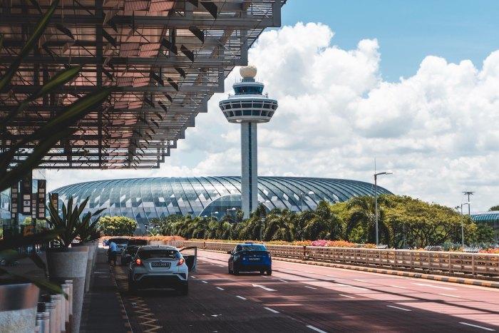 Jewel Changi está conectado a todas las Terminales del Aeropuerto de Changi foto de @shawnanggg a través de Unsplash