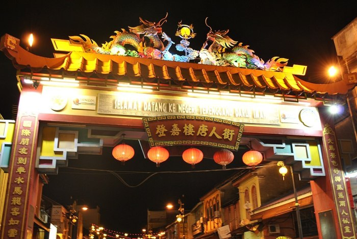 The gate of Kampung Cina on the southern end of Jalan Bandar photo by Rozi Salleh via Wikipedia CC