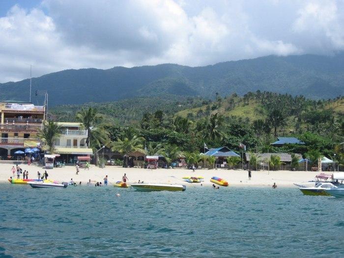 Foto de la playa blanca de Puerto Galera por Eugene Alvin Villar a través de Wikipedia CC