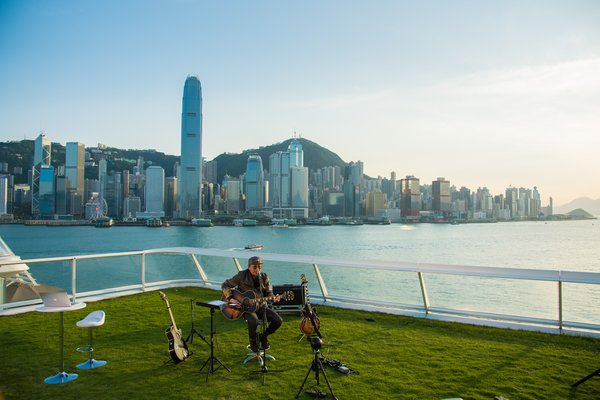 Armed with his acoustic guitar, Sam Hui performed around 20 songs at Harbour City Ocean Terminal Deck, Hong Kong.