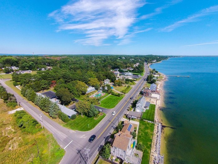 Aerial view of Shinnecock Bay in Hampton Bays by Masterchief1307 via Wikipedia CC