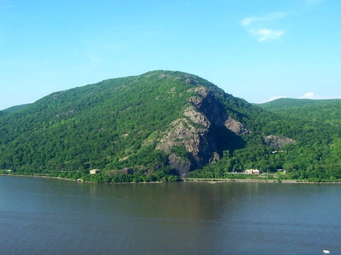 Breakneck Ridge from across the Hudson River by Daniel Case via Wikipedia CC