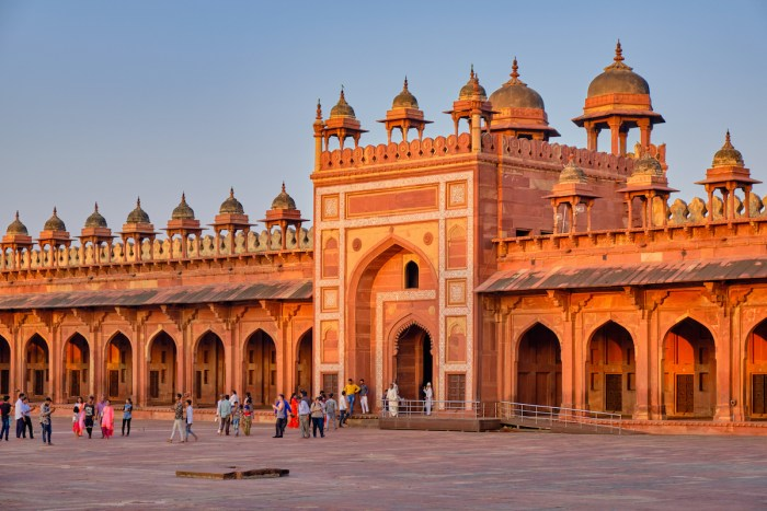 Home.fit Tourists-visiting-Jama-Masjid-mosque-in-Fatehpur-Sikri-Agra-India-photo-via-Depositphotos Agra Bucket List: Top 15 Best Things to Do in Agra, India