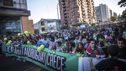 Manifestantes uruguaios reivindicam legalização da maconha. Pressões sociais poderão influenciar ONU?