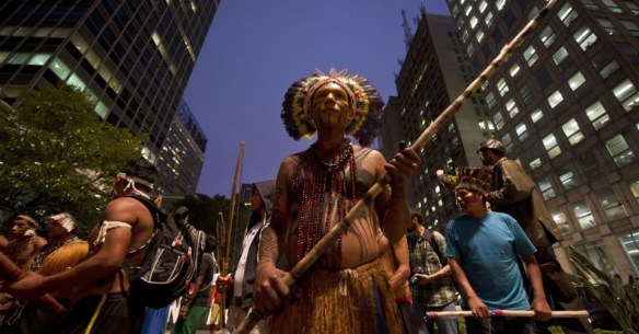 Centenas de índios protestam em S.Paulo, em outubro de 2013, contra tentativas de frear demarcação de suas terras. Curso demonstrará que presença dos povos originários é marcante também no quotidiano da metrópole