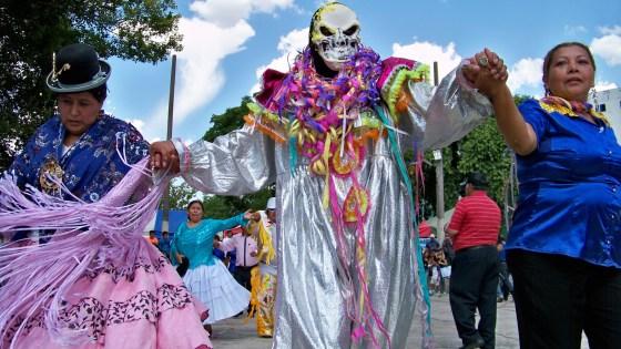 170207_pepino baila con sus dos cholitas