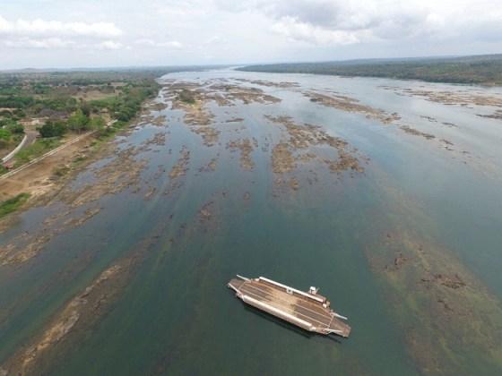 """O Tocantins vazio em   Tocantinópolis, trecho de cerrado. Devastação deste bioma, para dar lugar a fazendas de soja e gado, está secando o rio, que agora alguns querem """"transpor"""""""